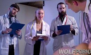 Médicos Analisando mulher atingir orgasmo esfregando buceta
